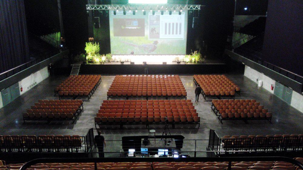 Grande salle avec écran géant
